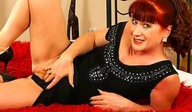 Fair mature mademoiselle is showing off her sexually excited hirsute pussy orifice